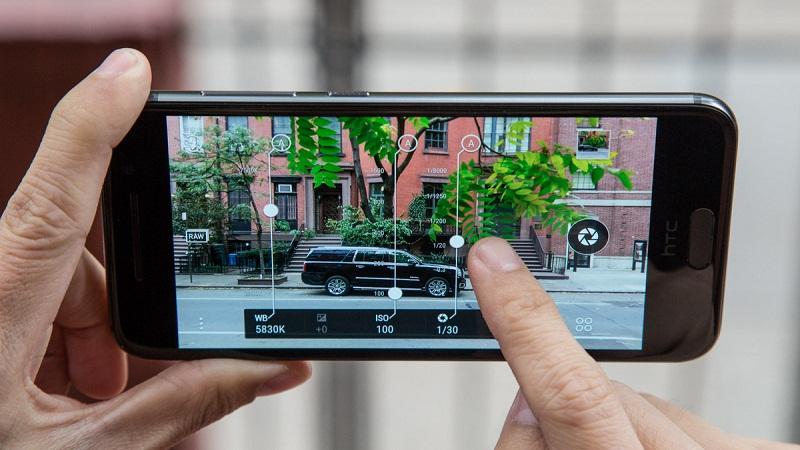 Nên mua điện thoại Samsung hay điện thoại htc 3