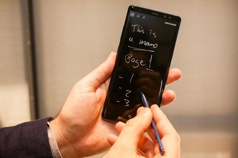 Chiếc bút S-Pen trên S8 giúp bạn ghi chép tất cả những dữ liệu mà bạn cần thiết
